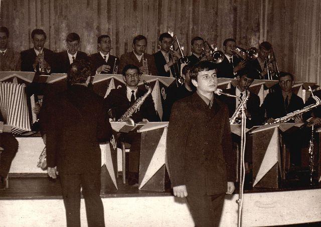 Солист оркестра Чигрина молодой певец Аркадий Хоралов